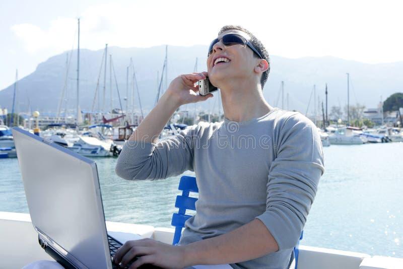 Hombre de negocios que trabaja con el ordenador en un barco imágenes de archivo libres de regalías