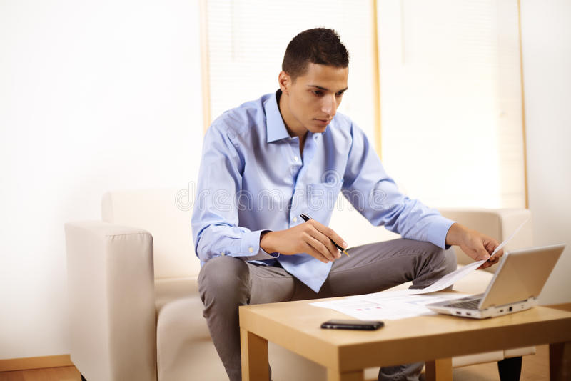 Hombre de negocios que trabaja con la computadora portátil fotografía de archivo libre de regalías