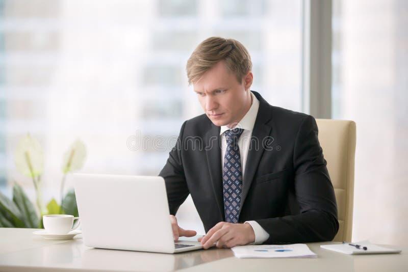 Hombre de negocios que trabaja con la computadora portátil fotografía de archivo