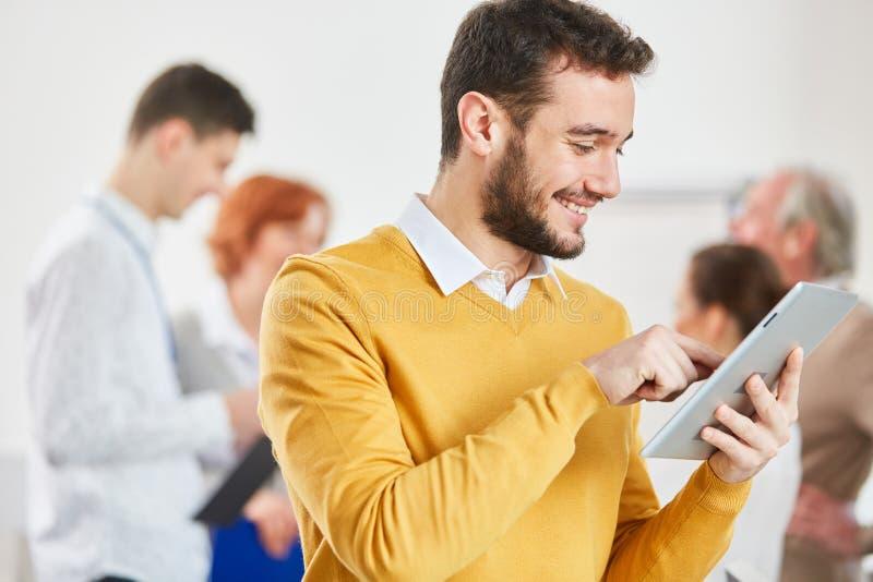 Hombre de negocios que trabaja con la tableta fotos de archivo libres de regalías