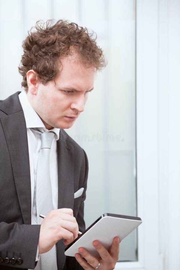 Hombre de negocios que trabaja con la tableta fotografía de archivo libre de regalías