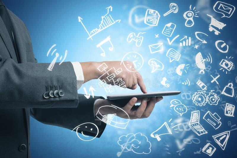 Hombre de negocios que trabaja con la tableta y medios sociales foto de archivo