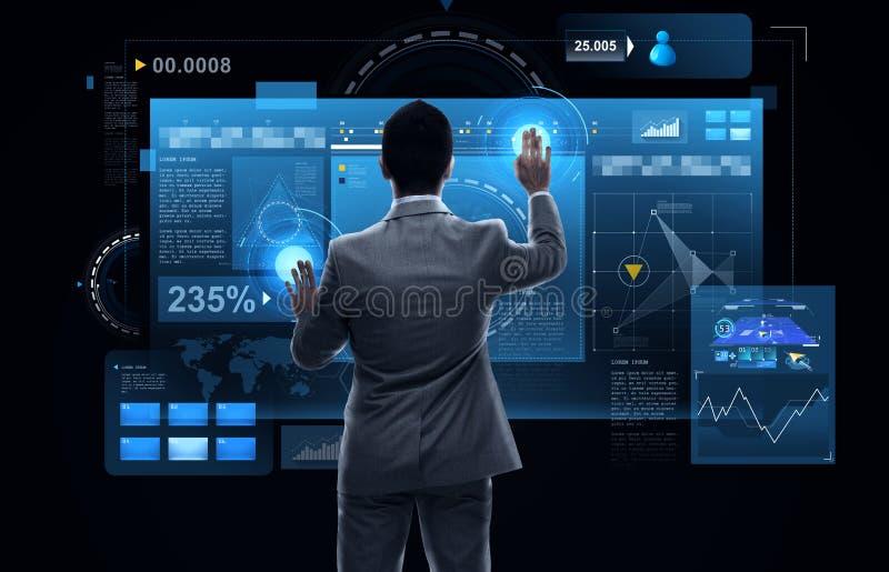 Hombre de negocios que trabaja con las pantallas de la realidad virtual fotografía de archivo libre de regalías