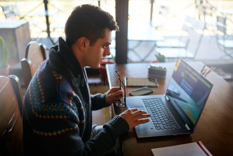 Hombre de negocios que trabaja con los documentos y la tableta del ordenador portátil y el teléfono elegante en oficina Web de la foto de archivo libre de regalías