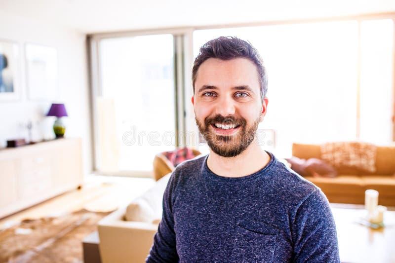 Hombre de negocios que trabaja del hogar, tomando una rotura, fotos de archivo