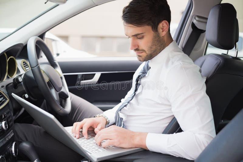 Hombre de negocios que trabaja en el asiento de conductores fotos de archivo