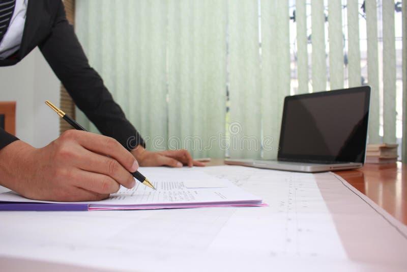 Hombre de negocios que trabaja en el documento y el modelo en la oficina, concepto de trabajo de la gente corporativa del negocio imagenes de archivo