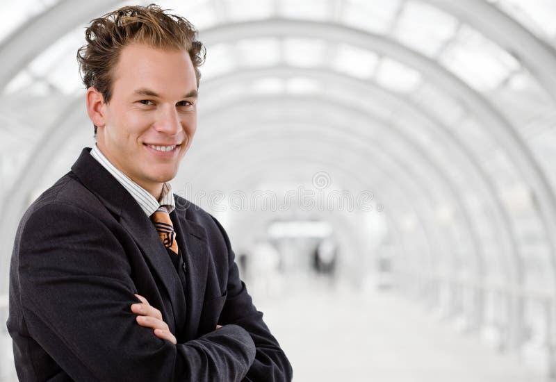 Hombre de negocios que trabaja en el escritorio foto de archivo libre de regalías