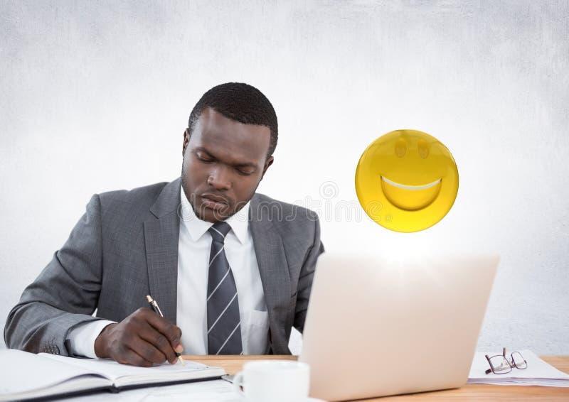 Hombre de negocios que trabaja en el escritorio con emojis y la llamarada contra la pared blanca ilustración del vector