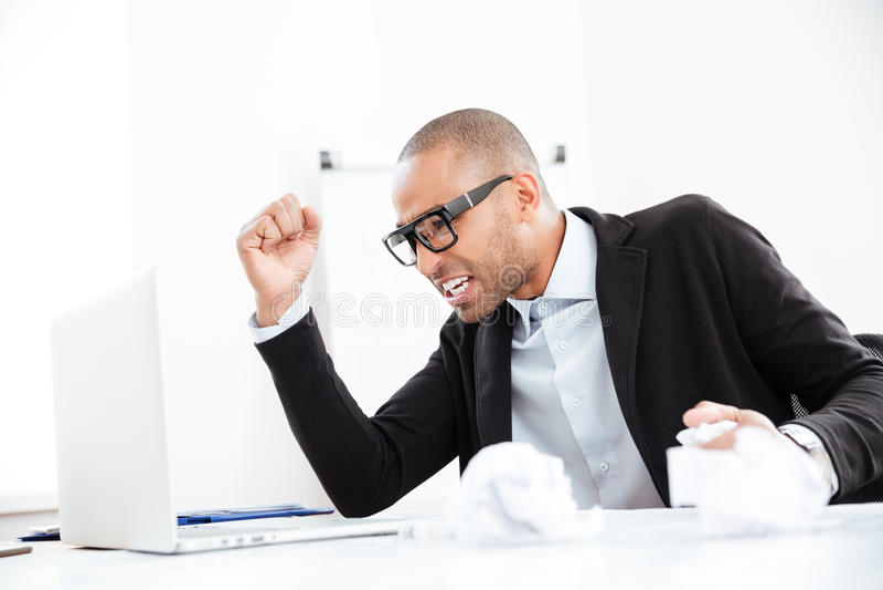 Hombre de negocios que trabaja en el escritorio de oficina sobrecargado con papeleo fotografía de archivo libre de regalías
