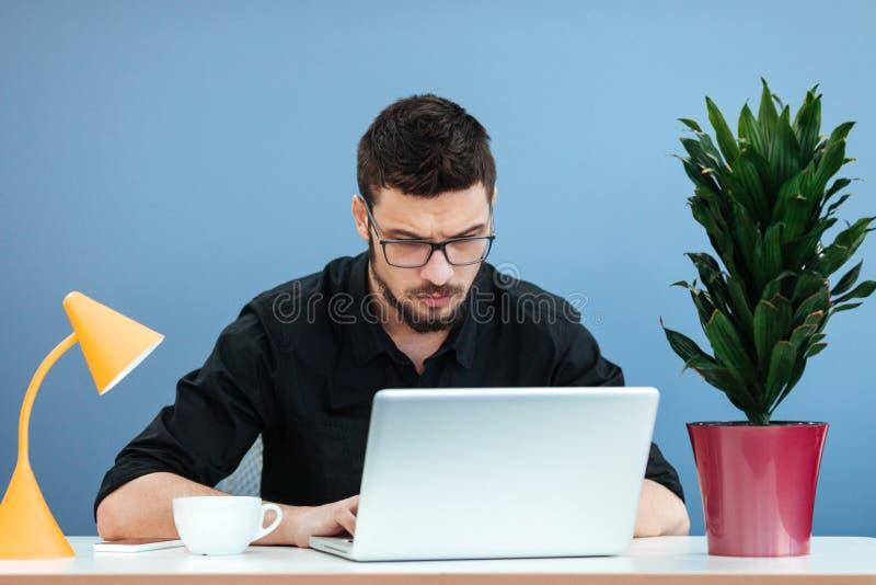 Hombre de negocios que trabaja en el ordenador portátil imágenes de archivo libres de regalías