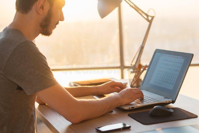 Hombre de negocios que trabaja en el ordenador portátil en el escritorio en oficina fotografía de archivo libre de regalías