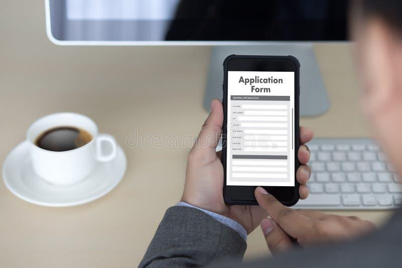 hombre de negocios que trabaja en el web en línea Job Appli del uso del ordenador portátil libre illustration