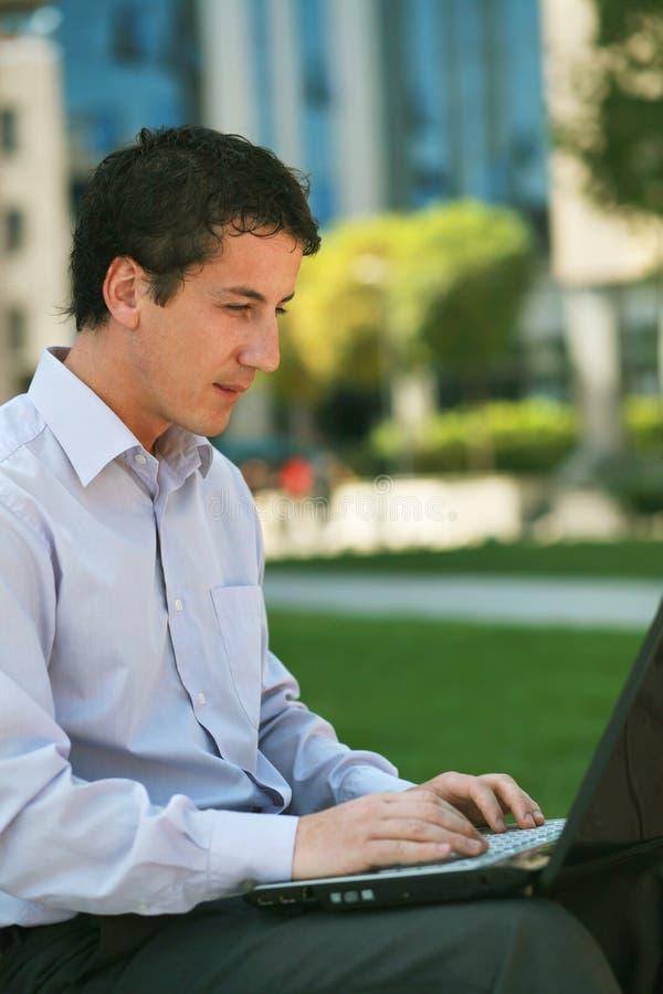 Hombre de negocios que trabaja en la computadora portátil imagen de archivo libre de regalías