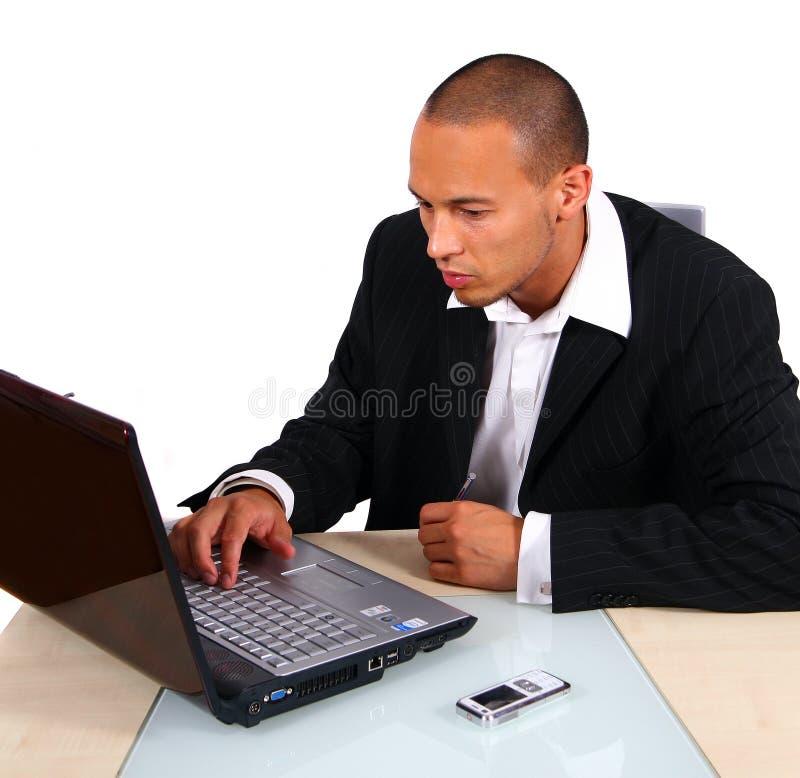 Hombre de negocios que trabaja en la computadora portátil fotos de archivo libres de regalías