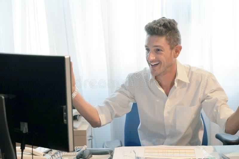 Hombre de negocios que trabaja en la oficina imagen de archivo libre de regalías