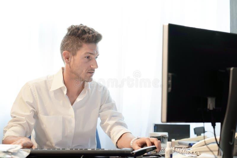 Hombre de negocios que trabaja en la oficina fotografía de archivo