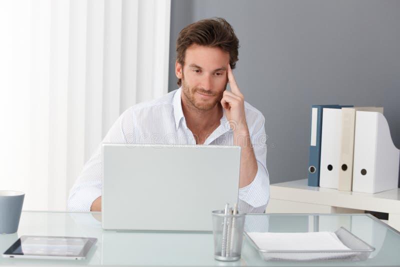 Hombre de negocios que trabaja en la oficina fotos de archivo