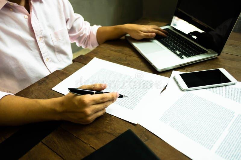Hombre de negocios que trabaja en la oficina con el ordenador portátil y los documentos en el t fotos de archivo