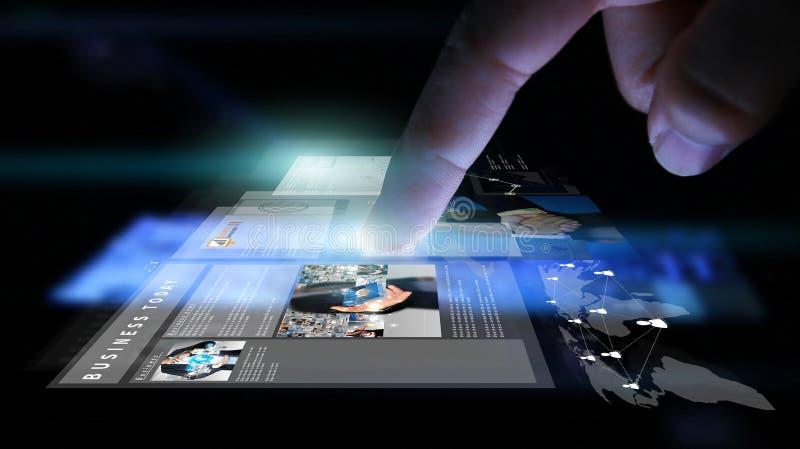 Hombre de negocios que trabaja en la pantalla virtual stock de ilustración