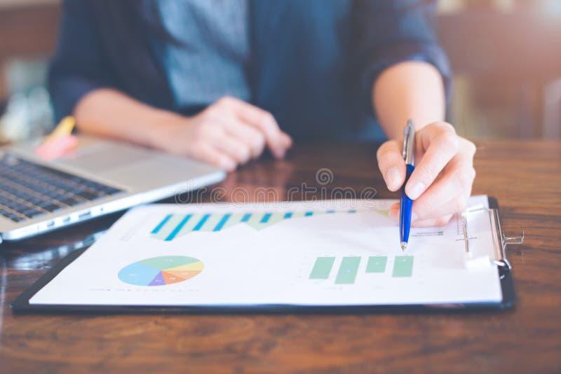 Hombre de negocios que trabaja en las cartas y los gráficos del análisis que muestran resultado fotos de archivo libres de regalías