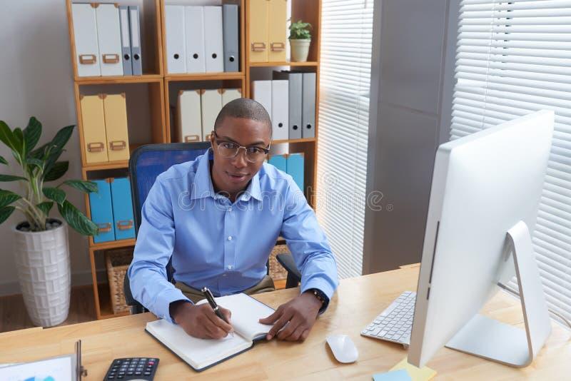 Hombre de negocios que trabaja en oficina imagen de archivo libre de regalías