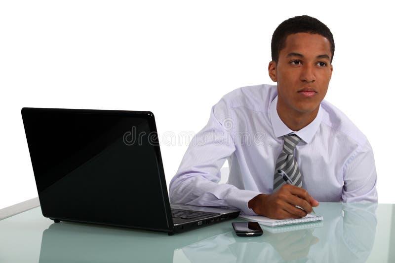 Hombre de negocios que trabaja en su escritorio imagen de archivo libre de regalías
