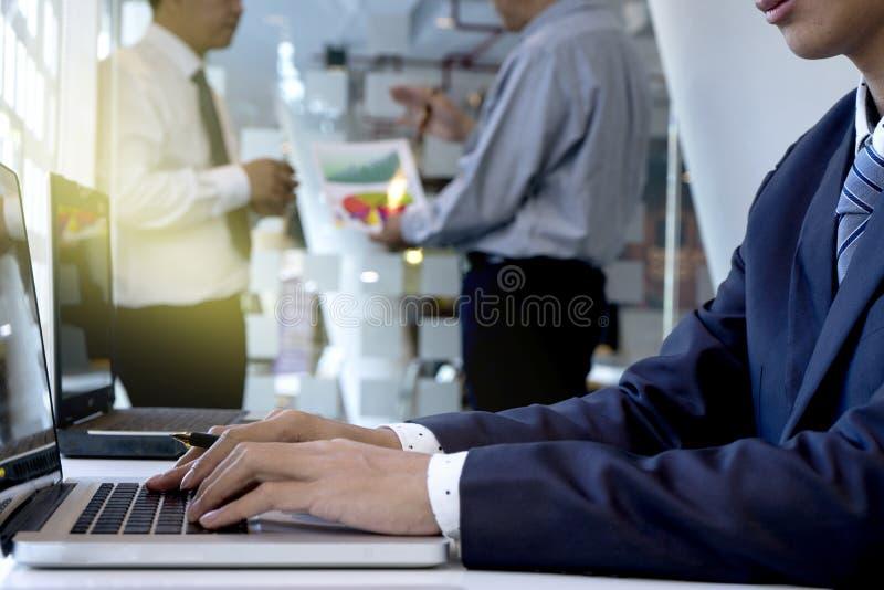 hombre de negocios que trabaja en su mano del offcie en el ordenador portátil del ordenador fotografía de archivo libre de regalías