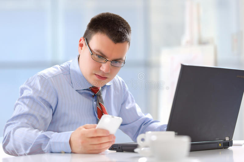 Hombre de negocios que trabaja en su oficina imagenes de archivo