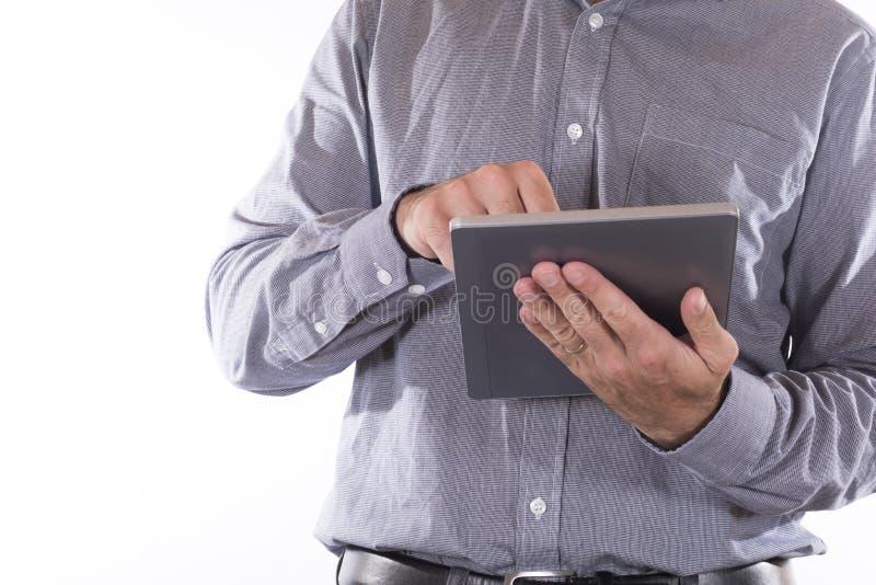 Hombre de negocios que trabaja en una tableta-PC del PDA foto de archivo
