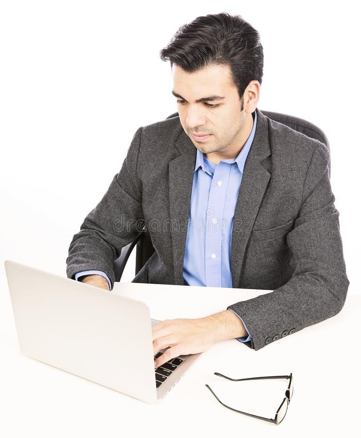 Hombre de negocios que trabaja un ordenador portátil sobre blanco fotos de archivo libres de regalías