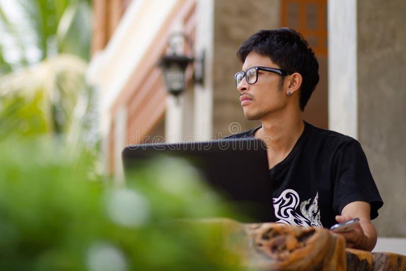Hombre de negocios que usa el funcionamiento del ordenador portátil imagen de archivo