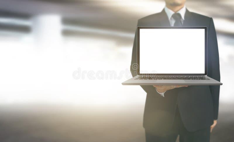 Hombre de negocios que usa el ordenador portátil digital a disposición imagen de archivo libre de regalías