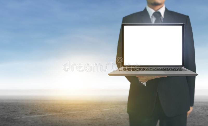 Hombre de negocios que usa el ordenador portátil digital a disposición fotos de archivo libres de regalías