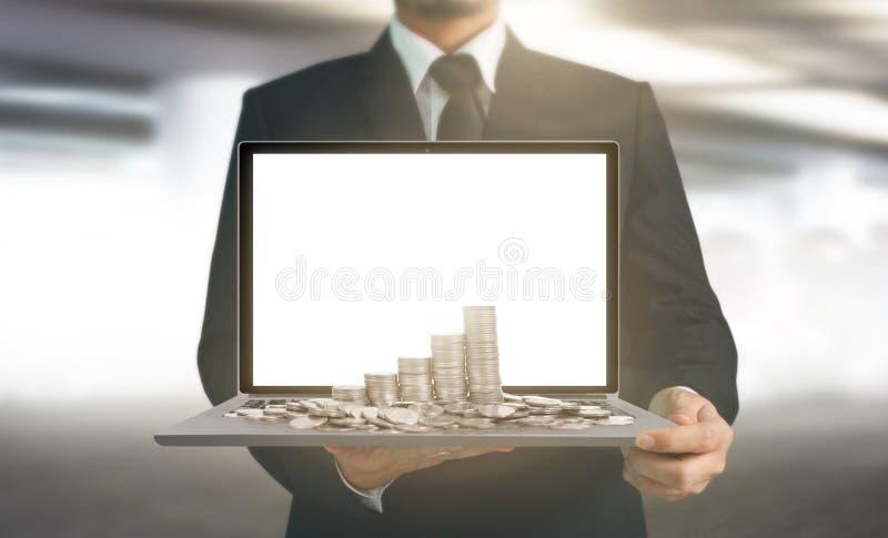 Hombre de negocios que usa el ordenador portátil digital a disposición imágenes de archivo libres de regalías