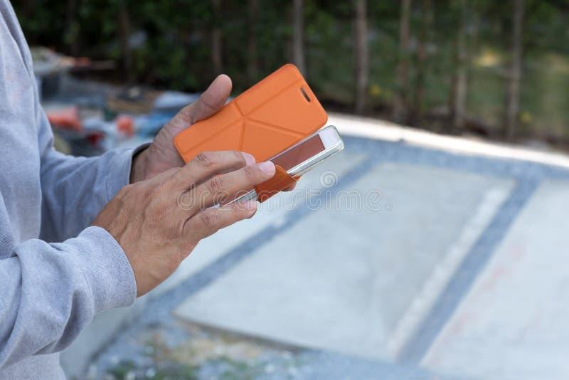 Hombre de negocios que usa el teléfono celular en emplazamiento de la obra fotos de archivo libres de regalías