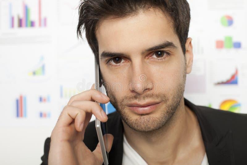 Hombre de negocios que usa el teléfono elegante fotografía de archivo