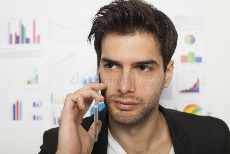 Hombre de negocios que usa el teléfono elegante imágenes de archivo libres de regalías