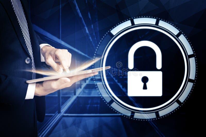 Hombre de negocios que usa la tableta y el concepto cibernético de la seguridad imagen de archivo libre de regalías