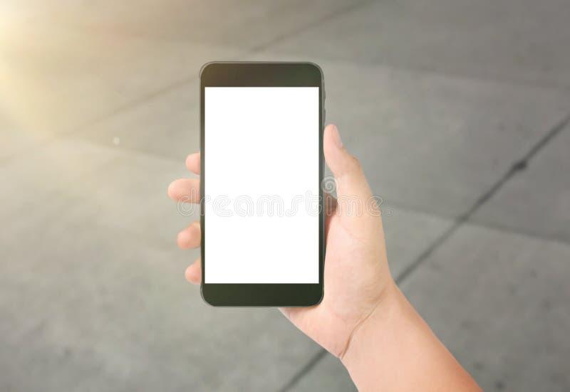 Hombre de negocios que usa smartphone digital a disposición foto de archivo