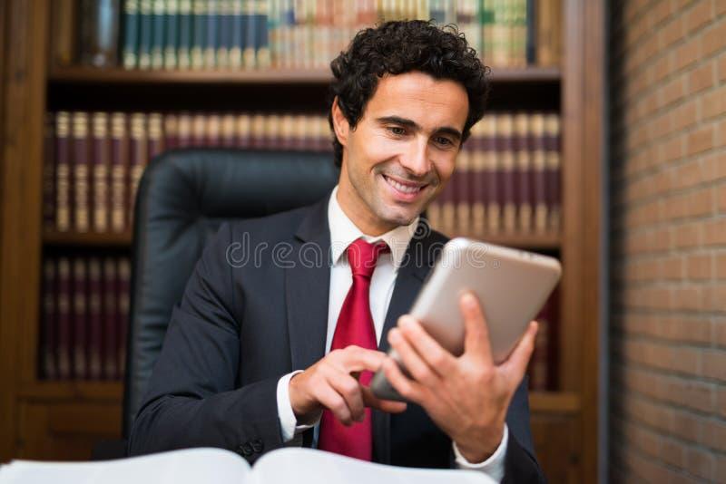 Hombre de negocios que usa una tableta fotografía de archivo