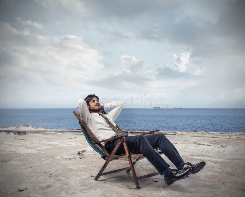 Hombre de negocios relajado en la playa fotografía de archivo libre de regalías