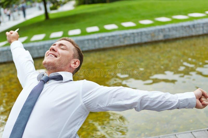 Hombre de negocios relajado que estira sus brazos imagenes de archivo