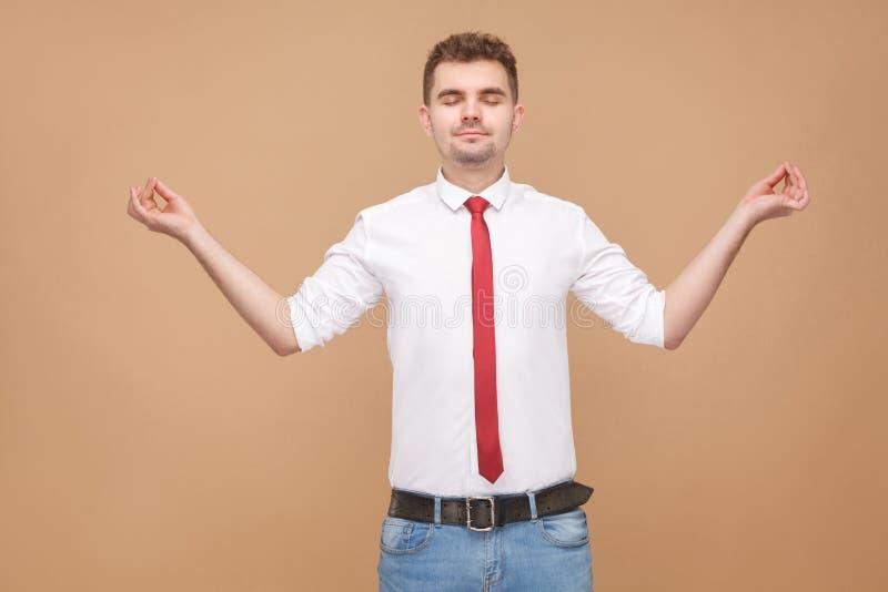 Hombre de negocios relajado que hace actitudes de la yoga imagenes de archivo