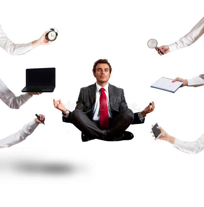 Hombre de negocios relajado que hace yoga durante el trabajo foto de archivo libre de regalías