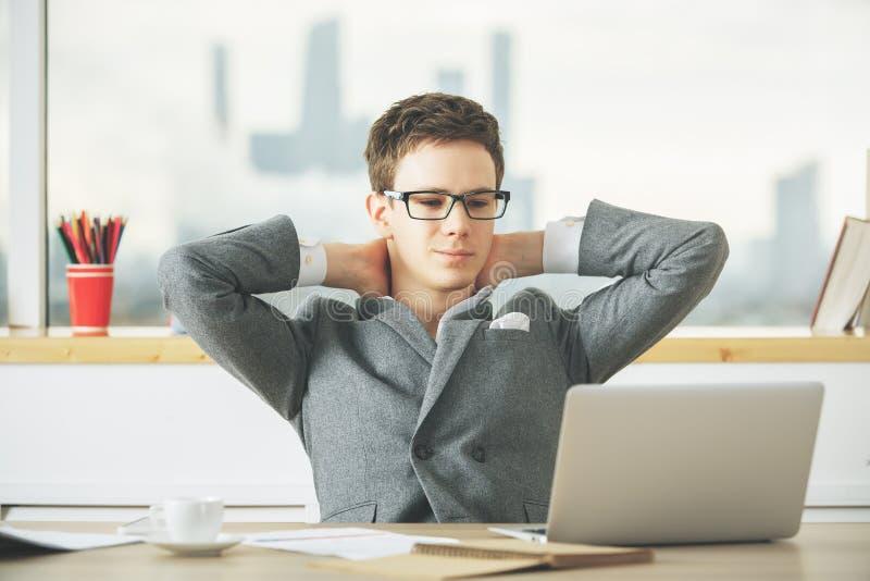 Hombre de negocios relajante usando el ordenador portátil imágenes de archivo libres de regalías