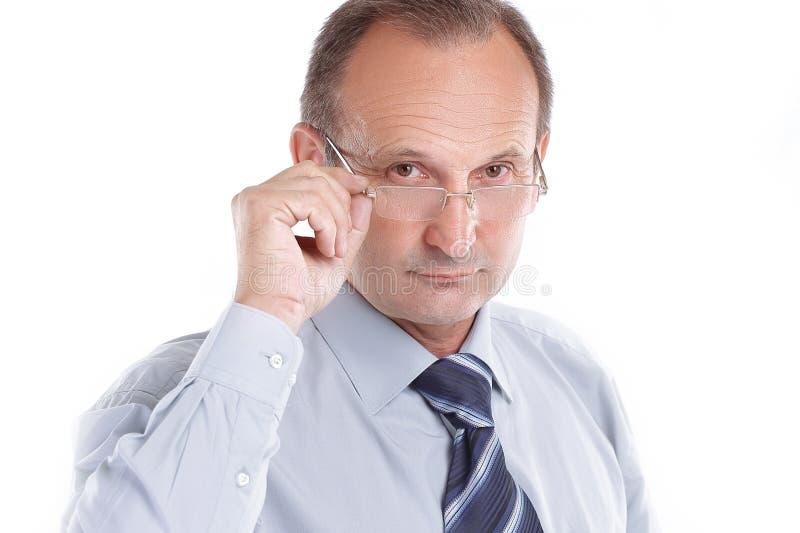 Hombre de negocios responsable con los vidrios Aislado en blanco imagen de archivo libre de regalías