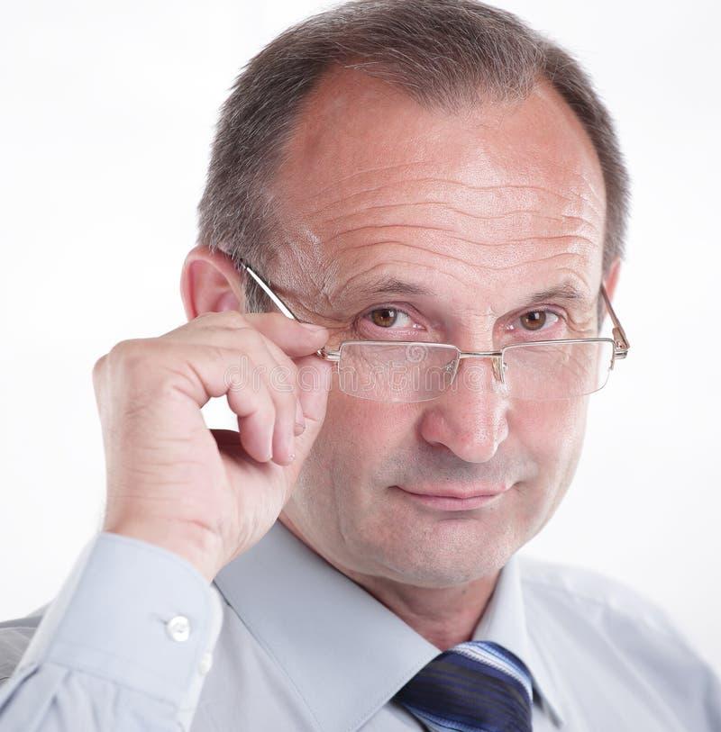 Hombre de negocios responsable con los vidrios Aislado en blanco imagen de archivo