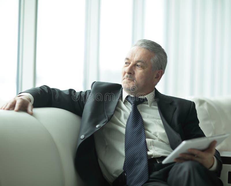 Hombre de negocios responsable que se sienta en oficina moderna Gente y tecnología foto de archivo libre de regalías