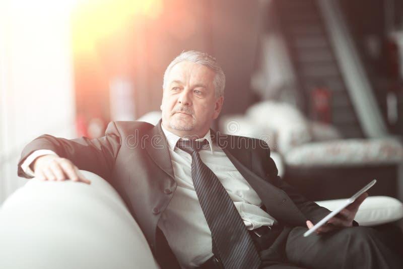 Hombre de negocios responsable que se sienta en oficina moderna Gente y tecnolog?a fotos de archivo